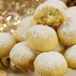 Sladké sněhové koule s makadamovými ořechy a bílou čokoládou