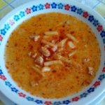 Maďarská kuřecí polévka Paló se zeleninou a zakysanou smetanou