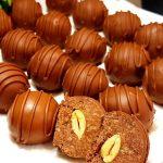 Nepečené sušenkové kuličky s mandlemi a čokoládovou polevou