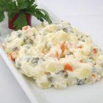 Ke svátečním dnům patří bramborový salát. Poradíme vám, jak si na Silvestra připravit lehčí verzi