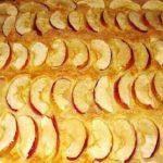 Medový koláč z kefírového těsta s jablky