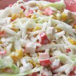 Krabí salát se zelím a kukuřicí