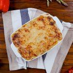 Zapečené brambory se šunkou a cuketou v bešamelové omáčce s dvěma druhy sýra