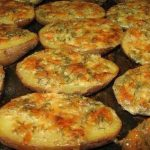 Bramborové lodičky se zapečeným sýrem a zakysanou smetanou