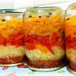 Křupavý salát se zelím, rajčaty, mrkví a paprikou