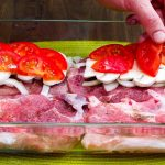 Vepřové plátky zapečené s cibulí, rajčaty a žampiony