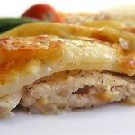 Zapečená kuřecí prsa s bramborami a sýrem