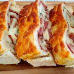 Domácí chléb s klobásou, mozzarellou a čerstvou bazalkou